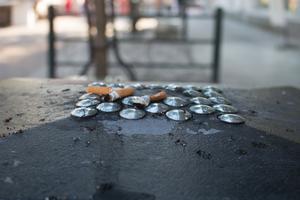 Det borde finnas pengar till fler fimpburkar, menar insändarskribenten.