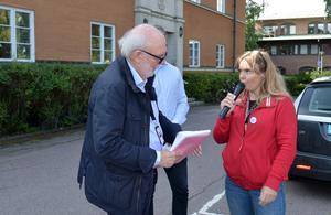 Linda Kvarnström, ordförande i Kommunal i Borlänge, lämnade över 350 namn till kommunfullmäktigeordförande Lars Ivarsson (S). Namninsamlingen kräver schysstare scheman för omsorgspersonalen i Borlänge kommun.