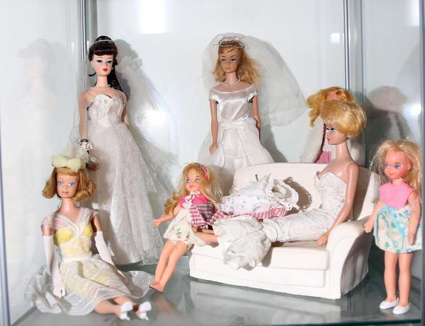 Det är de välskräddade kläderna som har fått Iréne Holmgren att samla på Barbie från 1960- talet.