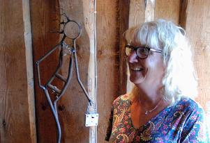 Mona Nilsson med en av sina skrotskulpturer. Bilden är beskuren. Foto: Gustaf Forssell