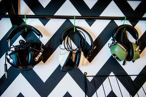 I musikrummet hänger hörlurarna på rad.