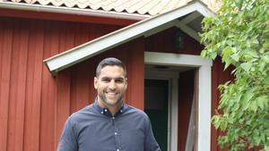 Farbod Sahampour har köpt en gård på Gotland och för ett år sedan köpte han en 1800-talsgård med tillhörande 50 hektar mark i Lagboda en halvmil söder om Bergshamra. På båda platserna har han nu dragit igång en byggplaneprocess med sikte på att bygga två eko-byar.