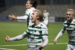 Oliver Ekroth jublar när VSK räddade kontraktet med två måls marginal, efter ett jättedrama mot Södertälje.
