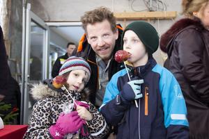 Robert Lundin besökte julmarknaden med barnen Felicia 5 år och Alexander 8 år. Felicia och Alexander fastnade för de kanderade äpplena.