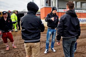 Pepe lägger upp taktiken med lagledaren Dalle Andersson inför en match 2014. Bild: Veronika Ljung-Nielsen