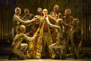 Kontratenoren Anthony Roth Costanzo i rollen som Akhnaten i Philip Glass opera med samma namn.Foto: Folkets Hus och Parker