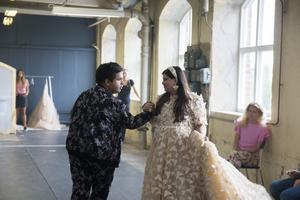 Alexander Rådlund och Kitty Jonsson. Kitty älskar citronfjärilar – något Frida Jonsvens utgått ifrån när hon skapade klänningen.