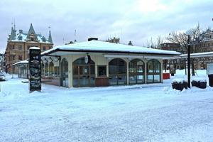 Riv den gamla taxistationen och gör plats för ett tre- eller fyravåningshus som passar in i den övriga miljön, uppmanar Kjell Lönnå.