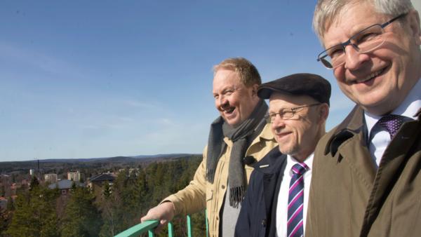 Komikern Anders Jansson, kommunalrådet Stig Henriksson och landshövdingen Ingemar Skogö inviger luftövervakningstornet på hög höjd.