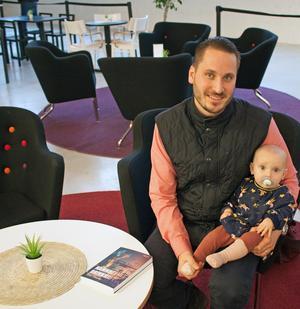 Elias Glaveby är uppvuxen på Skallberget och har arbetat på som lärare på Rudbeckianska gymnasiet. Nu har han debuterat som författare med den historiska thrillern