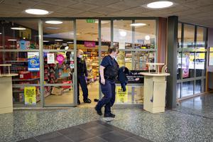 Polisens tekniker var snabbt på plats och undersökte butiken i Andersbergs centrum.