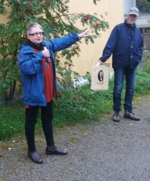 Birgit Lundgren beskriver med inlevelse sin uppväxt i Arbrå och sina minnen från Järnhandeln, Ångbageriet, Skoaffären och den hemliga pistolen.