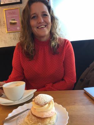 Intervjun inleds med en av kaféet Müllers populära semlor.