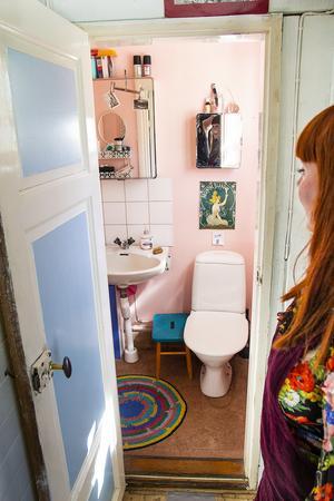 Torpet har ingen dusch. En liten toalett finns, men ska de duscha så får de besöka Dans föräldrar, eller utnyttja bybastun.