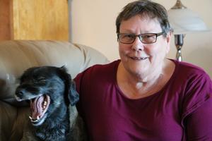 Ann-Britt och hunden Pepsi tar en längre promenad en gång om dagen för att hålla hälsan i behåll.