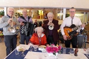 Inte bara en utan massor av trudelutter blev det när Hans, Roland, Lennart och Mikael uppvaktade Disa Axelsson på 105-årsdagen.