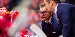 Modo-coachen Björn Hellkvist och Pär Styf diskuterar nya offensiva varianter. Bild: Erik Mårtensson/Bildbyrån