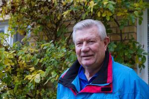 Lasse Högberg fick diagnosen prostatacancer 2014. Sedan fick han vänta sex månader på behandling, som han genomgick 2015. Därefter har Lasse varit frisk. Han tar prov regelbundet för att kunna upptäcka om cancern kommer tillbaka.