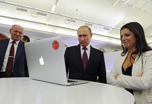 Chefen för Kremls viktigaste informationsvapen, Margarita Simonyan på RT, bredvid Rysslands president Vladimir Putin.  Foto: Mikhail Klimentyev/Sputnik, Kremlin Pool Photo via AP.