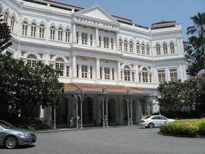 Raffles Hotel, Singapore. Om du inte vill bo här för knappt 8 000 kr per natt, kan du besöka dess berömda bar och njuta av en legendarisk Singapore Sling.