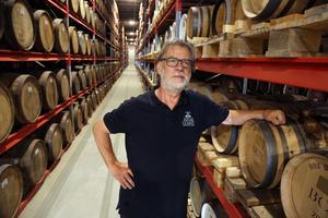 Thomas Larsson som är på väg att avgå som vd är en av de som uppskattar det lokala hos destilleriet.