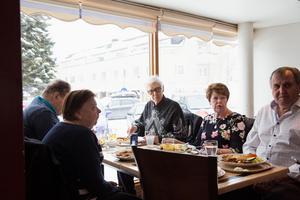 Mariann Nygren, Lars-Gunnar Nygren, Karl Frykberg, Siv Melin och Erik Melin äter lunch i Kvarnsveden denna dag. De tycker att det är otäckt att en okänd kan tränga sig in i en bostad, binda och råna villaägaren.