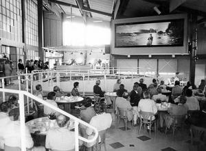 1985. Älvkarlen, invigningen där fick de inbjuda gästerna vid invigningen av Welcome-center Älvkarleby se ett bildspel på en stor skärm som skulle ge turisterna information om Älvkarlebybygden. Bild: Stefan Tkatjenko.