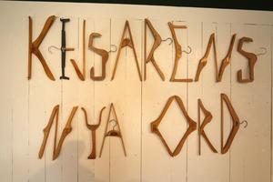 Med hjälp av klädhängare går det att skriva meddelanden.Foto: Peter Eriksson/Arkiv