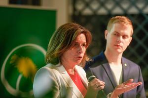 Bara var fjärde väljare som 2014 röstade på Miljöpartiet, med språkrören Isabella Lövin och Gustav Fridolin, skulle göra det i dag. Foto: Stefan Jerrevång/TT