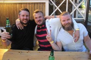 Östervålagrabbarna (från vänster) Jarren Lindkvist, Rikard Larsson och Joel Wåhlén trivdes i öltältet.