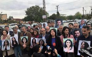 Bilder på fängslade HDP-politiker, däribland Selahattin Demirtas och Figen Yüksekdag. AP Photo/TT