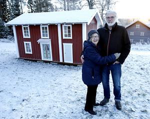 Stina Eliasson och en av skaparna av stugan, Håkan Järvholm framför Stinas barndomshem i lekstugestorlek.