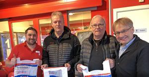 Malung-Sälens ridklubb har fått ta emot ett välkommet bidrag från projekt dansbandskassen. John Öhrnell, Mats Stövling,  Bertil Elfström och Lars Bälter.