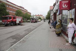 De människor som befann sig i polishuset var relativt snabbt ute på gatan och kunde från andra sidan Engelbrektsgatan följa räddningstjänstens arbete.