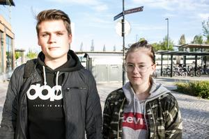 - Hur kan Miljöpartiet vara med på det här?  Fler kommer ju att åka bil, tror Hampus Döring och Mina Gottfridsson om nya beslutet som  betyder stopp för rätten till bussresor med skolkort på fritiden.