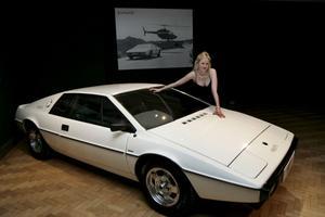 Lotus Esprit S1. 1977Film: Älskade spion (The Spy Who Loved Me)Skådespelare: Roger Moore•   Den låga och fyrkantiga Lotusen är nästan lika känd som Aston Martin DB5. Låt vara att det mest är för att den blixtsnabbt kunde förvandlas till en ubåt.När James Bond blir jagad av skurken Strombergs hejdukar på Sardinien kör han rätt ned i havet från en pir och kan enkelt undkomma förföljarna. Lotusen var utrustad med missiler, torpeder och minor, cementsprejare och ett skottsäkert periskop.