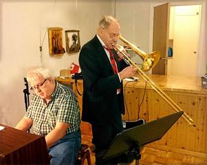 Åke Dahlbäck, närmast kameran och Gösta Norling underhöll med ett kul sång- och musikprogram.Foto: Uno Gradin.