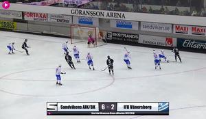 Sandvikens Christoffer Edlund, längst till höger i bild, pangar in slutresultatet 6–2 ur dålig vinkel. Bild: Bandyplay.se.