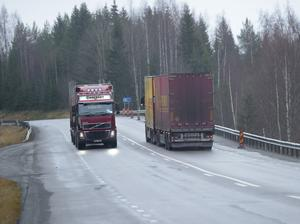 Många långtradare på smala vägar skapar trafikproblem. FOTO: Fredrik Sandberg/TT