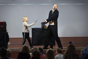 Malva Carlsson fick komma upp på scenen och hjälpa John Martin med trollerikonsterna.