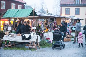 Jul på Torekällberget är populärt och det brukar snabbt bli trångt bland stånden.