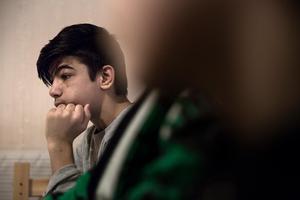 Resul brukar sitta hos sina systrar och läsa för dem, prata med dem. Allt han önskar ar att de vaknar.