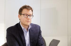Brian Marrs är energimarknadschef. De tre datacentren i Gästrikland ska drivas helt med förnybar energi, det vill säga bara el från vind- och vattenkraft.