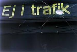 Foto: LEIF JÄDERBERG Träffad. Vindrutan sprack när bussen träffades av en sten.