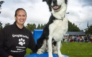 Hundakupunktören Sandra Strand med sin hund Floyd, sex år. Foto: Mikael Forslund