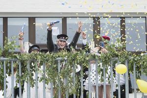 Studenten för eleverna vid Praktiska gymnasiet i Örnsköldsvik. Här firar Julia Isaksson från Sliperiets balkong.