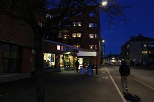 Skolvägen har blivit mörkare, sedan en ny gång- och cykelbana anlades. De nya ledgatlyktorna lyser inte lika starkt som de äldre gatlyktorna gjorde, upplever Peder Ståhl.