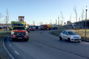 Trafiken dirigerades om under arbetet. Ambulans, räddningstjänst och polis fanns på plats.