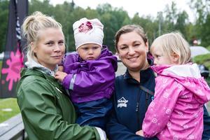 Sara Eriksson med dottern Nora, 2,5 år och Maria Arell med dottern Yrla, 3,5 år.