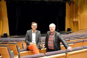 Fast det var en sorg att tvingas sluta spela fann sig Lennart Åkermark väl till rätta som musikchef. Här i Tonhallen med Scenkonst Västernorrlands VD Mikael Flodström.